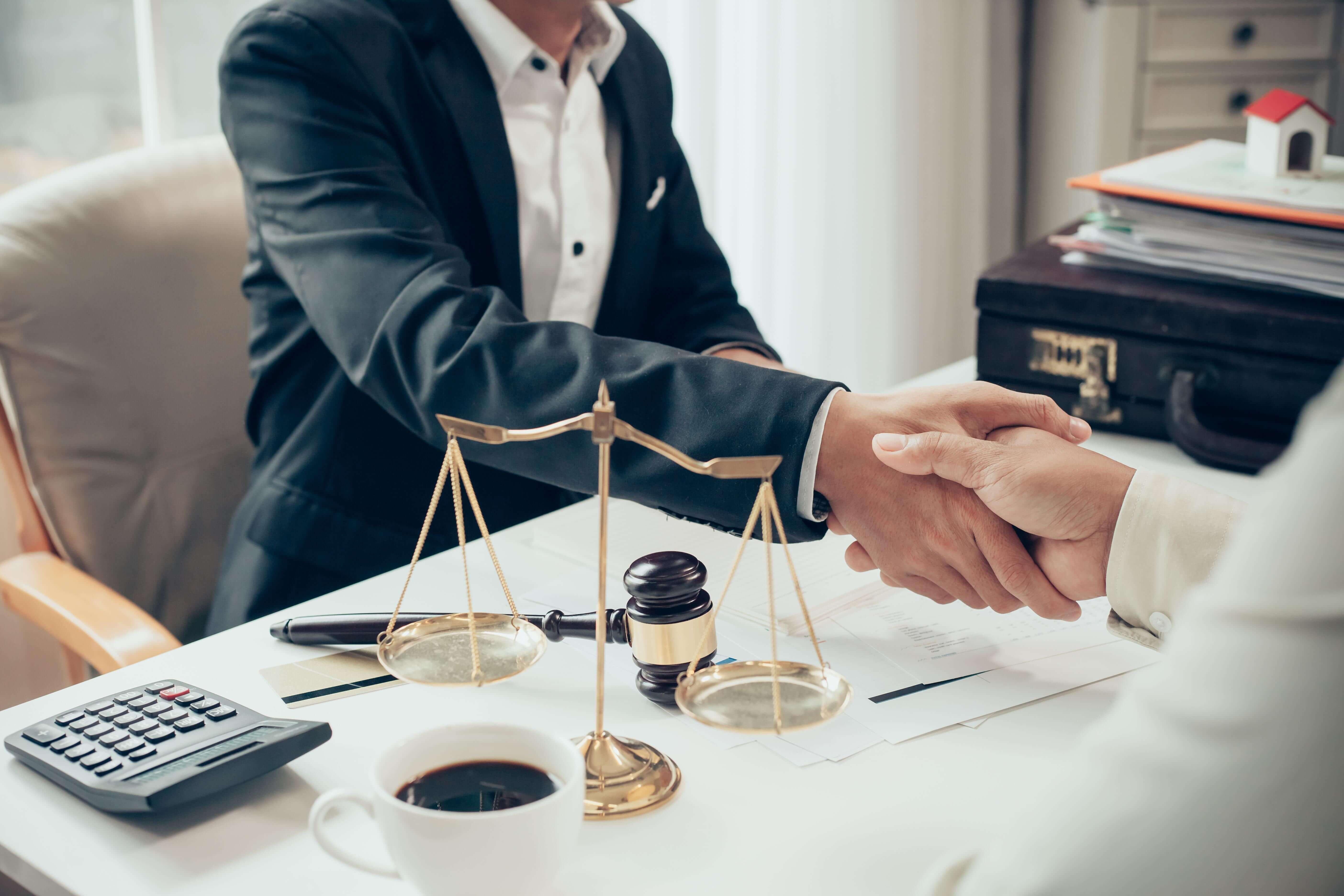 консультировать клиентов по вопросам права